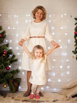 Работа с названием Новогодние наряды для мамы и дочки
