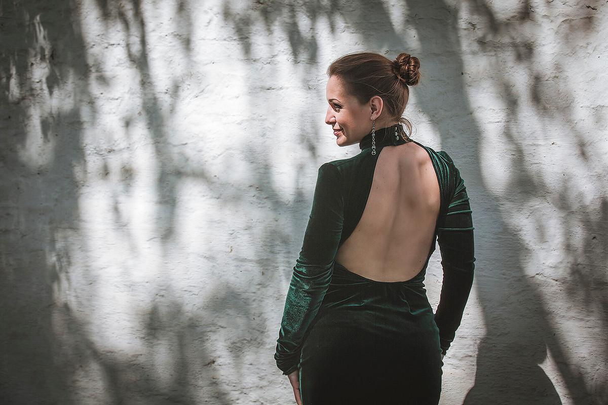 Платье изтемно-зеленого бархата соткрытой спиной