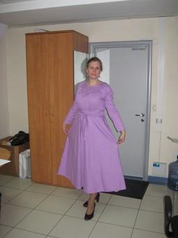 Работа с названием Платье-реглан с расклешенной юбкой