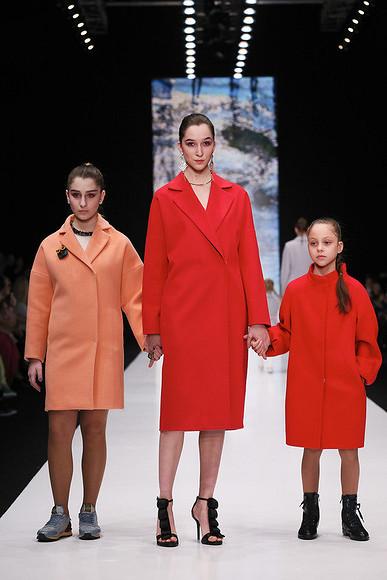 Коллекцию Oksana Fedorova наНеделе моды вМоскве представили мама идочь телеведущей «class=