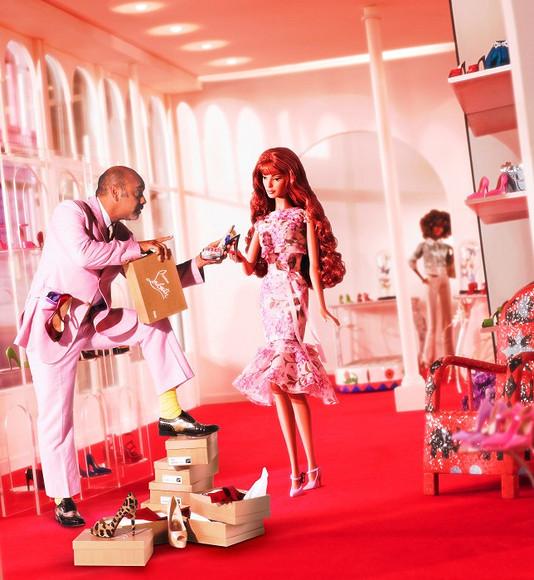 Barbie внарядах мировых Домов моды представили навыставке вПариже