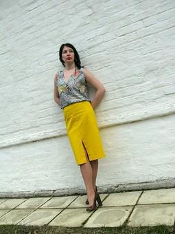 Работа с названием Топ с этно-принтом и жёлтая юбка