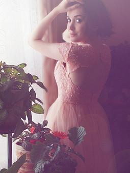 Работа с названием Персиковое платье