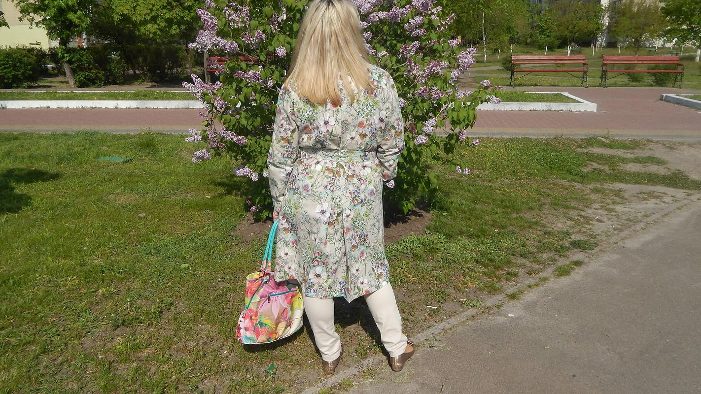 Весенний плащ сцветочным принтом