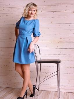 Работа с названием Голубое платье с пышными рукавами