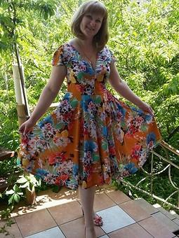 Работа с названием Платье с глубоким вырезом