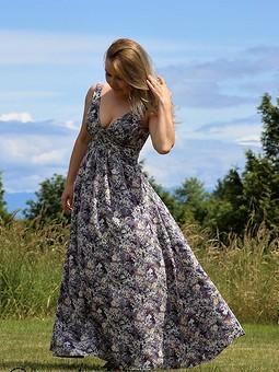 Работа с названием Платье с глубоким декольте (101, 4/2016)