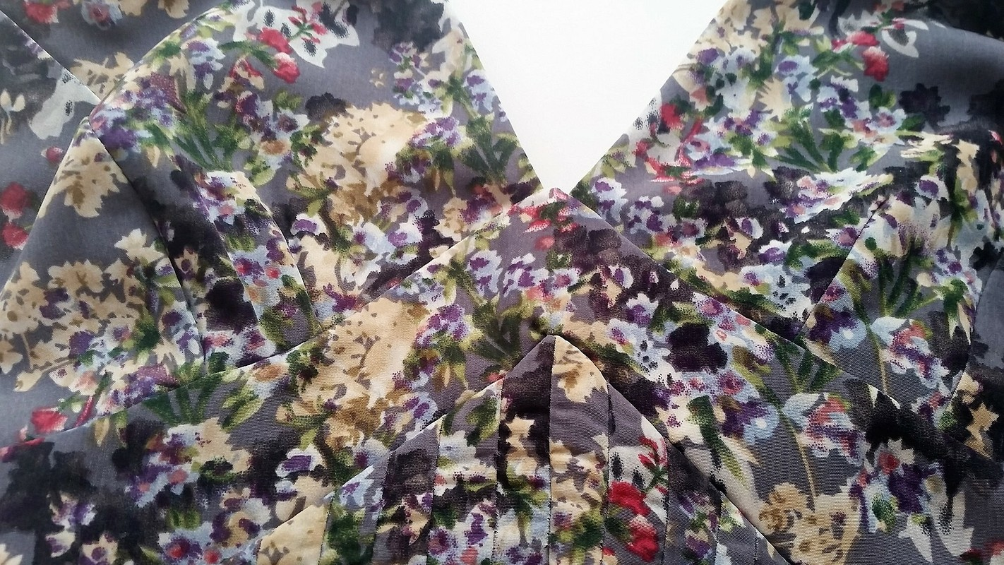 Платье сглубоким декольте (101, 4/2016)