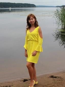 Работа с названием Платье с открытыми плечами
