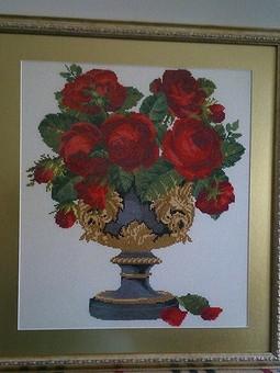 Работа с названием Алые розы в черной вазе