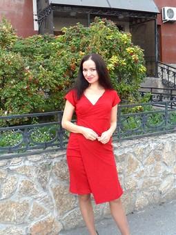 Работа с названием Первое, и сразу красное, платье