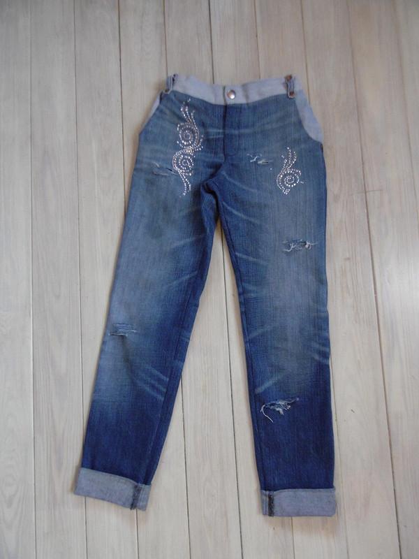 Рваные джинсы исвитшот склеткой Бербери