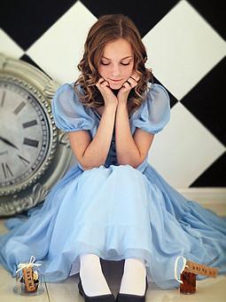 Работа с названием Алиса в стране чудес