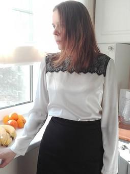 Работа с названием Шелковая блуза с кружевом