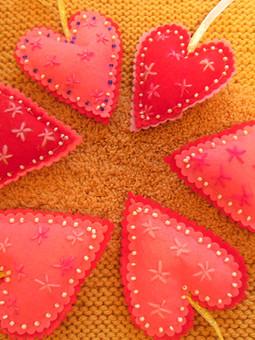 Работа с названием Подвески из фетра: сердечки и звёздочки