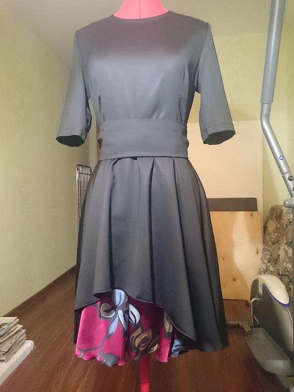 Черное платье скрасными цветами