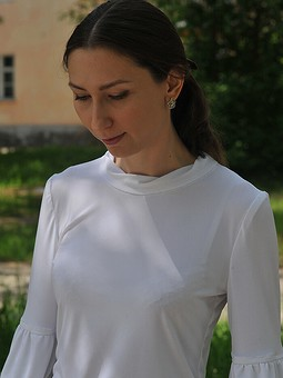 Работа с названием Белая блузка из трикотажа-масло