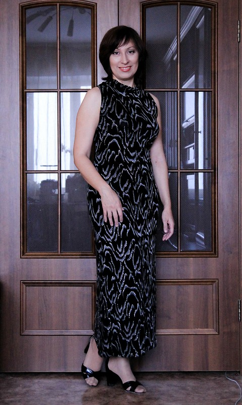 Платье сфигурным разрезом