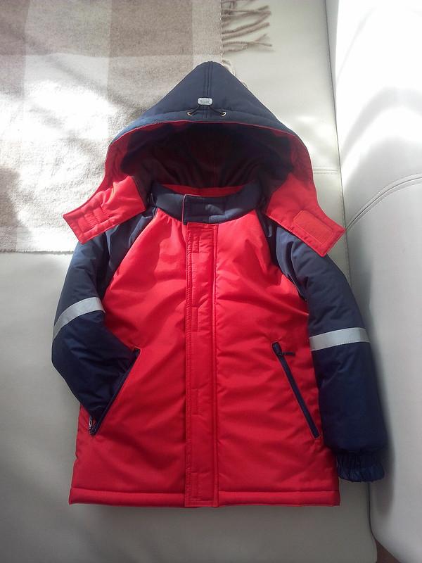 Красно-синяя куртка