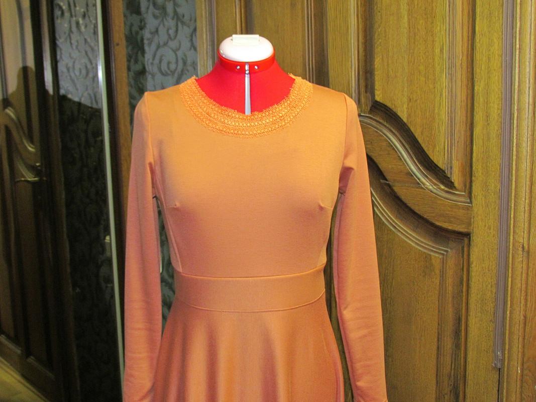 Длинное платье цвета абрикос