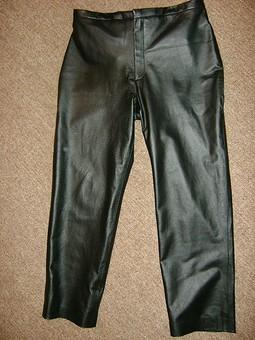 Работа с названием Кожаные брюки и трикотажный топ