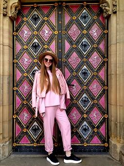 Работа с названием Розовый костюм в стиле спорт-шик