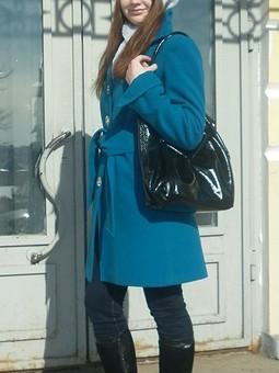 Работа с названием Яркое пальто