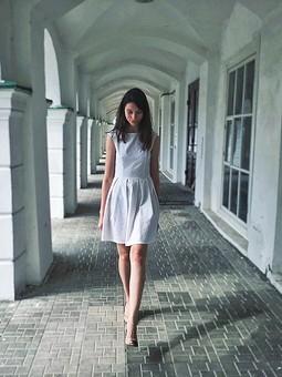 Работа с названием Просто белое просто платье