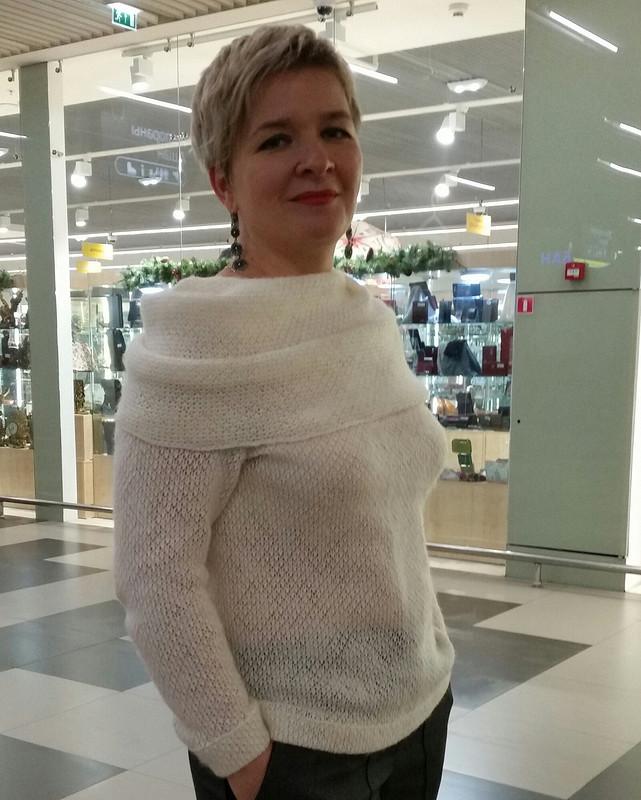 Пуловер соткрытыми плечами