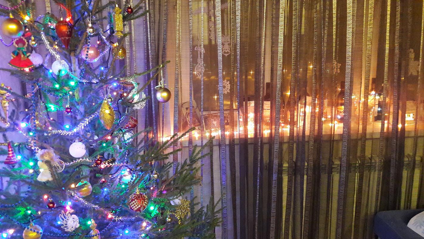 Новогодние игрушки, свечи ихлопушки