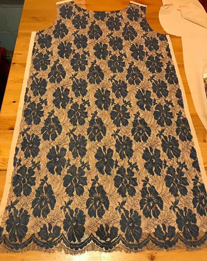 Как выкроить подкладку изшёлка дляплатья изкружева