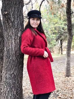 Работа с названием Красное пальто