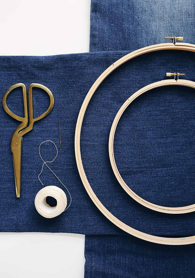 Подушка изстарых джинсов свышивкой сашико: мастер-класс