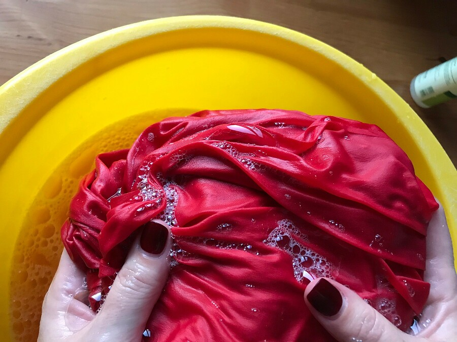 Почему натуральный шёлк можно стирать шампунем дляволос?