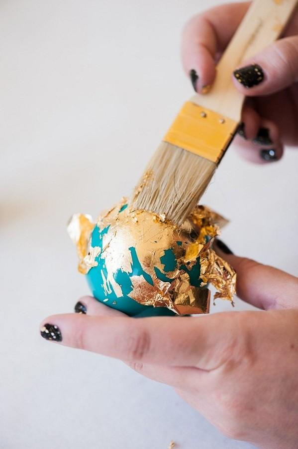 Как сделать иукрасить ёлочные шарики своими руками: 11 идей синструкциями