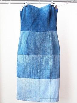 Работа с названием Платье из 32 кусочков старых джинсов
