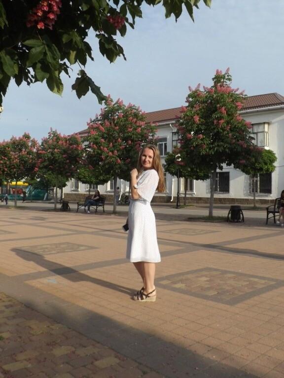Платье белое вгорошек