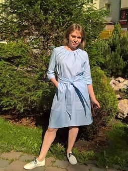 Работа с названием Голубое платье