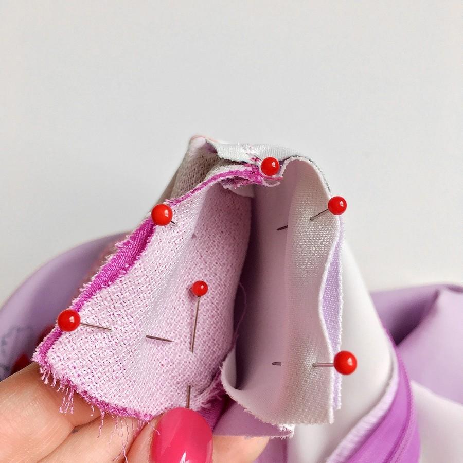 Обработка цельнокроеной обтачкой горловины ипройм вплатье безрукавов