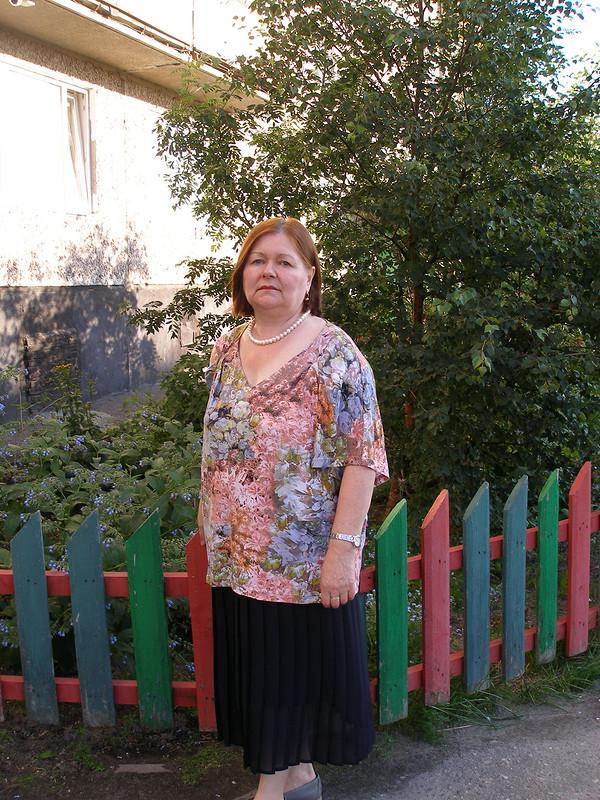 Июльская блузка сзаниженными проймами длямамы