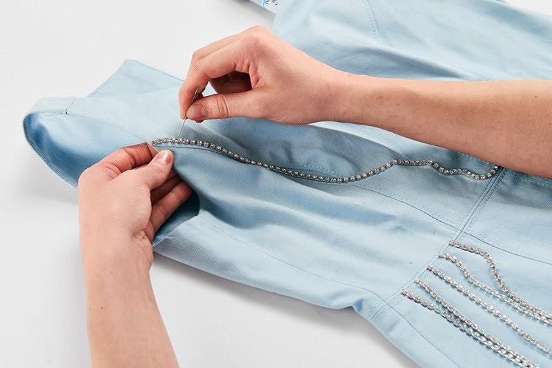 В плену блеска: как декорировать платье цепочками со стразами