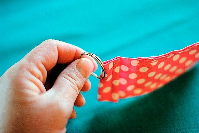 Оригинальный брелок дляключей изткани своими руками