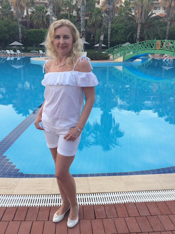 Белая кармен-блузка