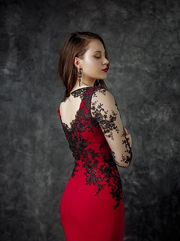 Работа с названием Малиновое платье с отделкой из контрастного кружева