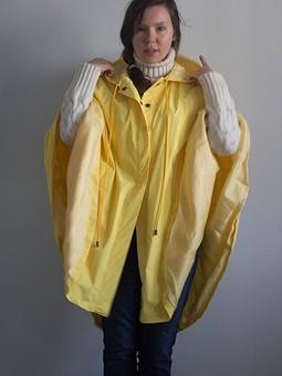 Работа с названием  Ярко-желтый дождевик