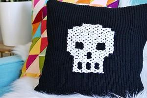 Подушка из старого свитера с вышивкой крестом: мастер-класс