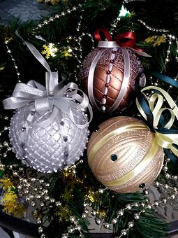 Работа с названием Новогодние шарики