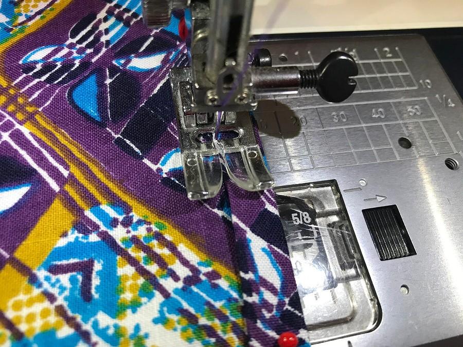 Как обработать срез мини-рукава, если нехватает ткани наподгибку