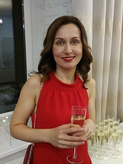 Работа с названием Красное платье и красная помада - что еще девушке надо?)