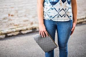 Идея: сумочка-клатч из кожи или винила с декором фестонами